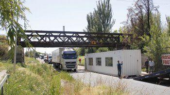 camion choco el puente ferroviario y perdio un trailer