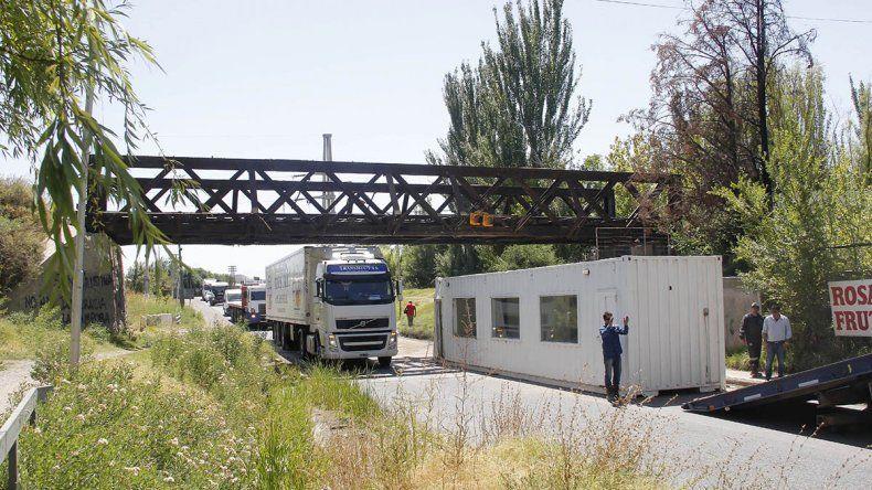 Camión chocó contra las vías y perdió un trailer