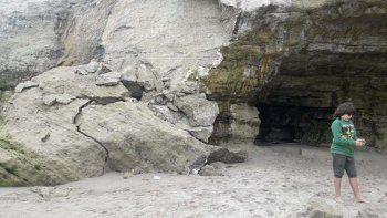 otro derrumbe causo miedo en la playa de las grutas