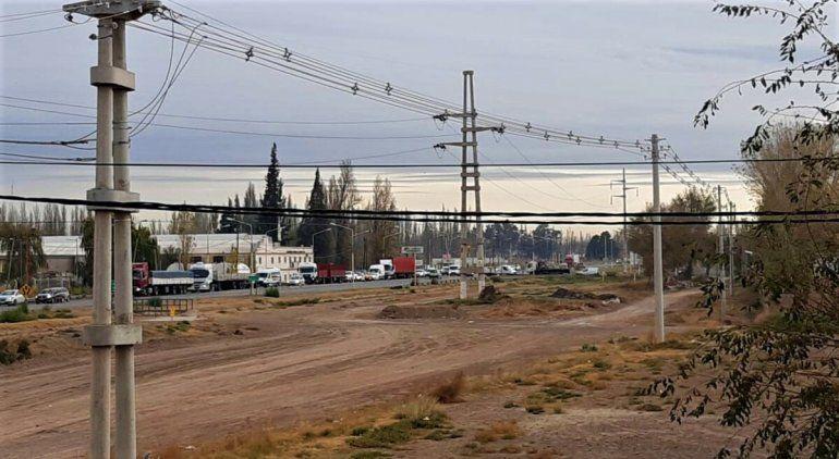 La fila de vehículos sobre la Ruta 151 llegó hasta el cruce con Mariano Moreno.