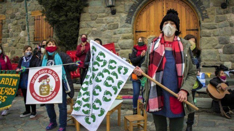 Maestras jardineras marcharon en Bariloche por la grave situación