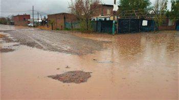 la lluvia inunda las calles y se mete a las casas de vecinos