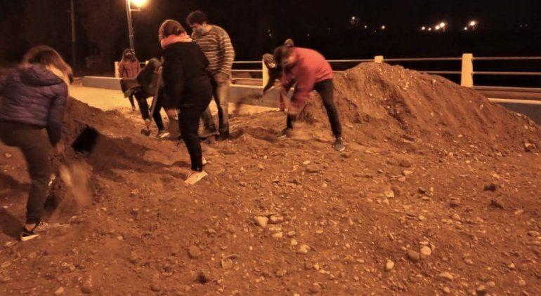Escándalo en Roca por bloqueos de tierra que dividió la ciudad en dos