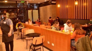 bares y cafes de cipolletti llenaron las mesas en la reapertura