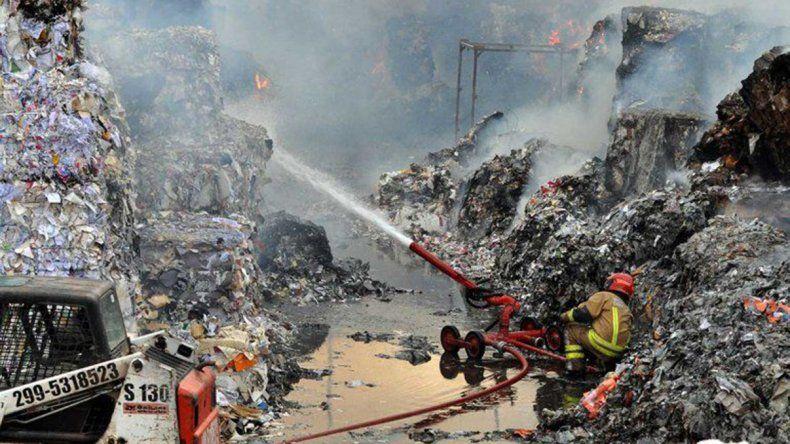 El incendio en la papelera cipoleña está controlado en un 90 por ciento