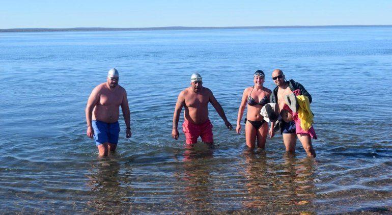 En San Antonio Oeste nadan en el mar en pleno invierno