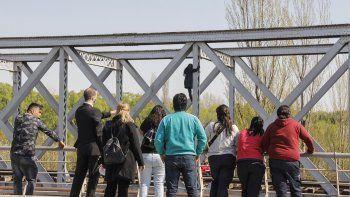 La desalojaron y amenazó con tirarse del puente ferroviario