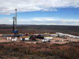 Una torre perforadora en Loma Campana, el área de mayor producción shale oil de YPF en Vaca Muerta,