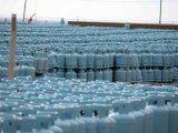Las garrafas están apiladas en una planta que nunca funcionó en Neuquén.
