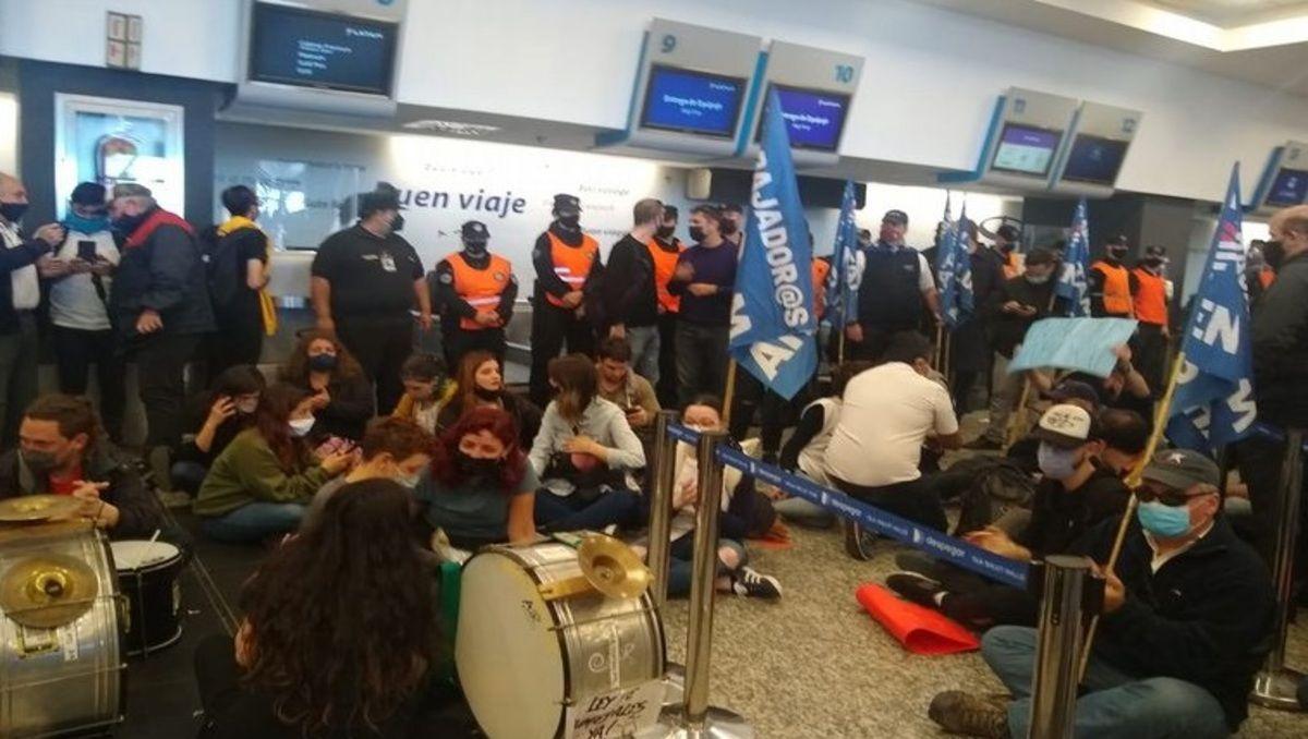 incidentes en aeroparque: forcejeos entre la policia y trabajadores de latam