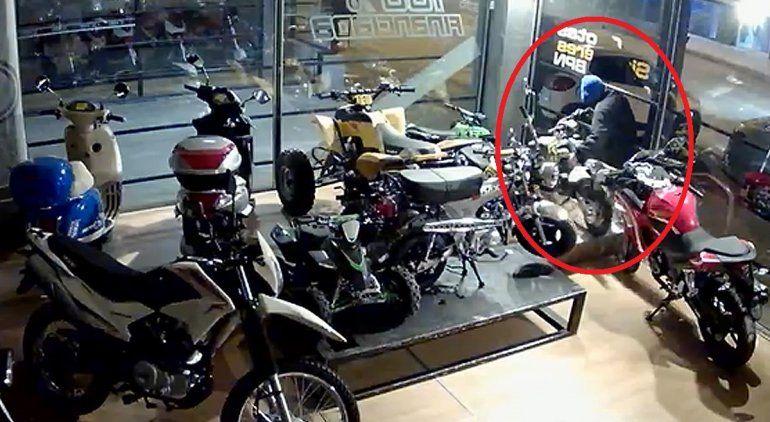 Quedó escrachado por las cámaras al robar una moto minicross
