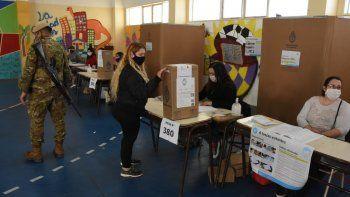 en fotos: con viento y nieve, asi se viven las elecciones en pandemia