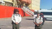 Fernando Zanona y su colega de Bariloche, ambos guardaparques, minutos antes de subir al Irízar.