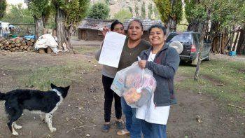 Docentes rurales entregan tareas en parajes durante la cuarentena