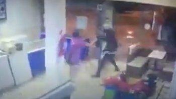 Empleada enfrentó y echó a un ladrón que quiso robar en heladería