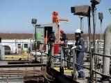 Un trabajador mira una plataforma en Vaca Muerta, una reserva de hidrocarburos no convencionales, en la provincia patagónica de Neuquén, Argentina, el 21 de enero de 2019. Foto de archivo. REUTERS/