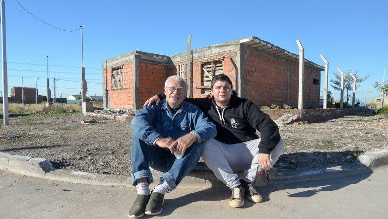 Jorge Montané y su hijo Nico, frente a la casa que están construyendo juntos.