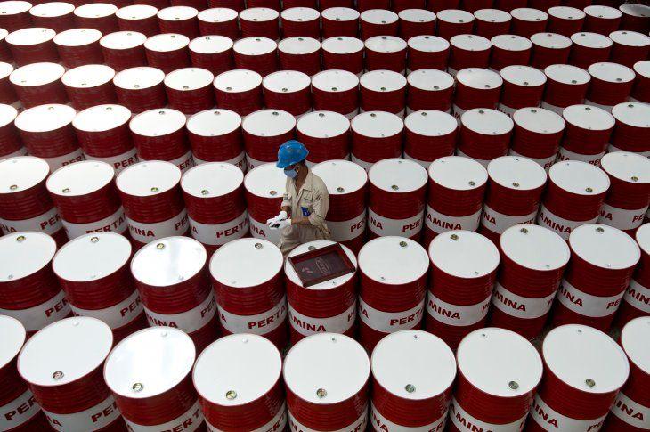 Foto de archivo. Un trabajador se prepara para etiquetar barriles de aceite lubricante en las instalaciones de producción de lubricantes de la compañía petrolera estatal Pertamina en Cilacap