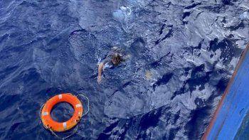 rescate de pelicula: estaba aferrado a la punta del barco