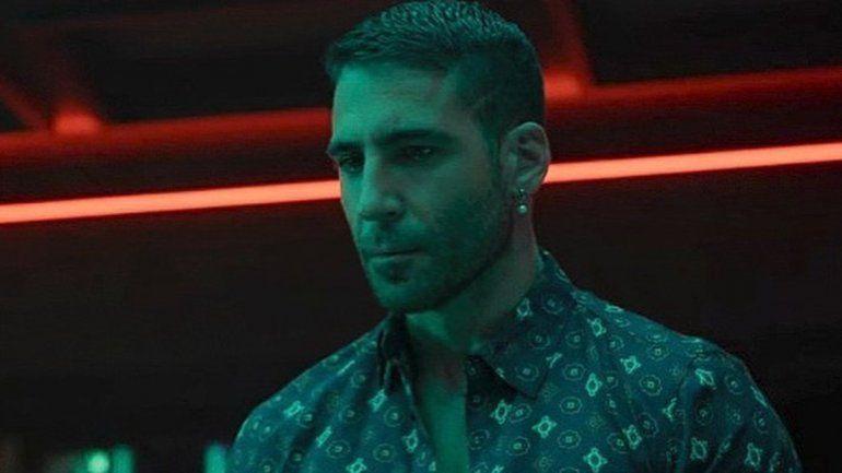 Miguel Ángel Silvestre es uno de los actores principales de Sky Rojo