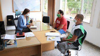 Empelados de ATE junto con la secretaria de Gobierno de Centenario, Tanya Bertoldi.
