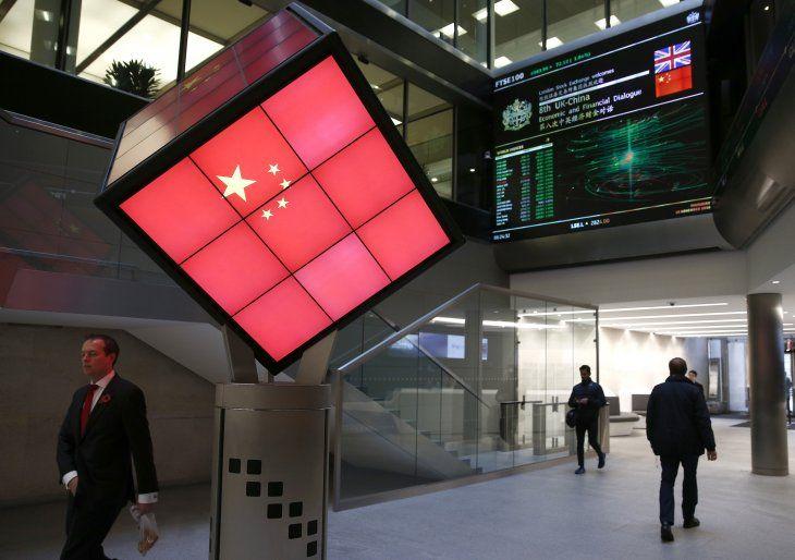 Imagen de archivo de un cubo iluminado que muestra la bandera de China en la entrada del vestíbulo de la Bolsa de Valores de Londres en Londres