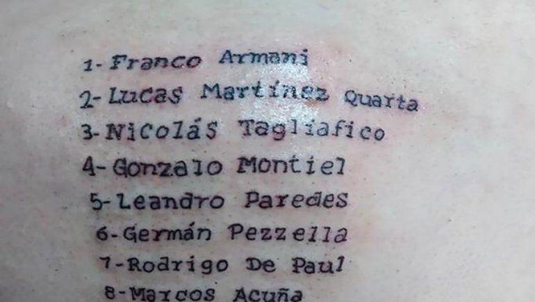Un cordobés se tatuó todo el plantel argentino en la espalda