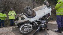 una moto quedo debajo del techo de un auto en un choque frontal