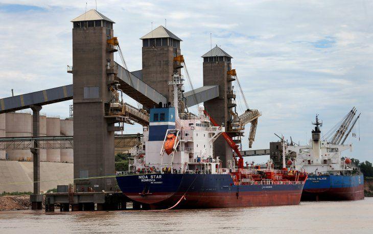 Imagen de archivo de buques cargando granos para exportación en un puerto en el río Paraná cerca de Rosario