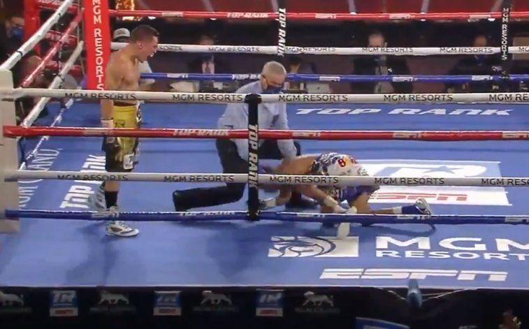 El momento de la caída del campeón tras el terrible nocaut.