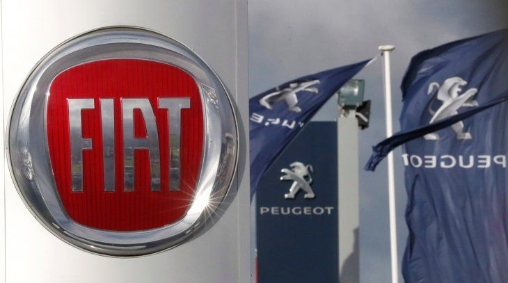 FOTO DE ARCHIVO. Los logos de los fabricantes de automóviles Fiat y Peugeot se ven frente a los concesionarios de las empresas en Saint-Nazaire