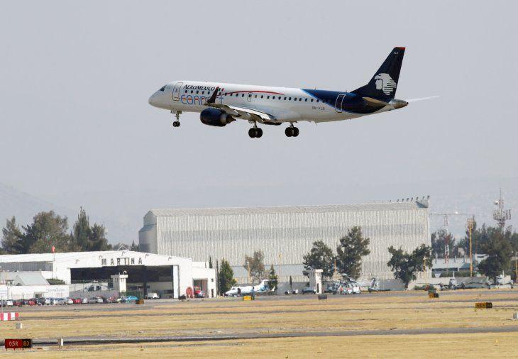 Foto de archivo. Un avión Connect Embraer ERJ-190LR de Aroméxico se prepara para aterrizar en el Aeropuerto Internacional Benito Juárez en la Ciudad de México