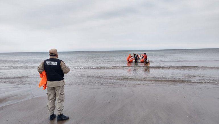 Las Grutas: rescataron a pareja de remeros que se los llevaba el mar