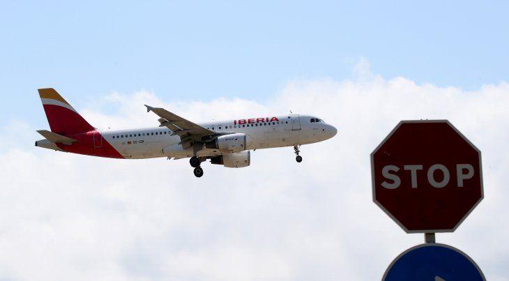 FOTO DE ARCHIVO: Un avión Airbus A320-200 de Iberia se dispone a aterrizar en el aeropuerto de Barcelona-El Prat en Barcelona
