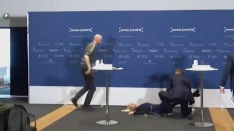 Dinamarca: se desmayó en vivo en pleno anuncio sobre las vacunas