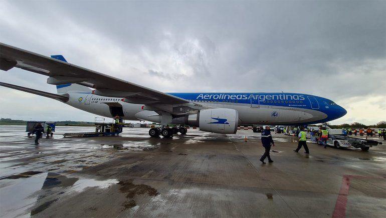 Dos aviones de Aerolíneas traerán de EE.UU dosis de Moderna