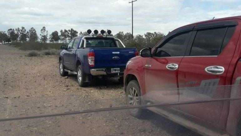 Las camionetas de los ocupantes del terreno que vieron los integrantes del club cuando llegaron.