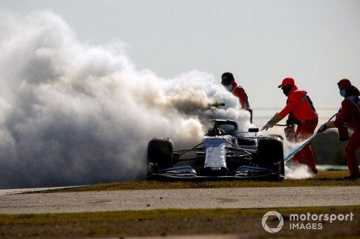 El auto de Gasly se prendió fuego.