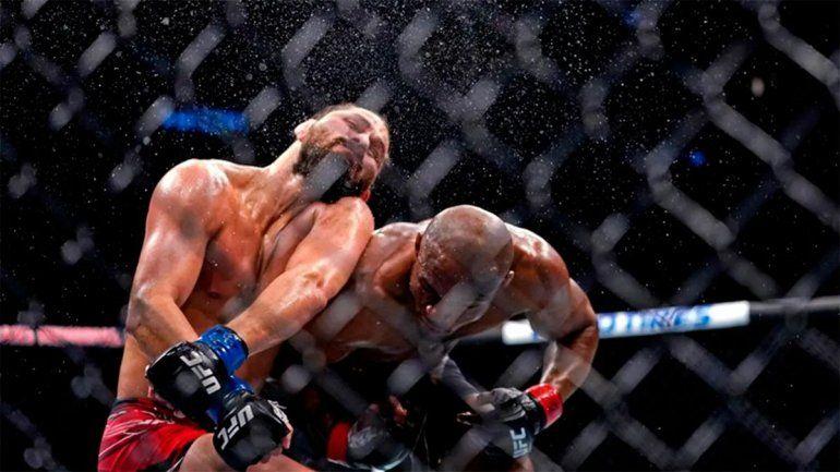 El impresionante nocaut del luchador nigeriano para retener el título