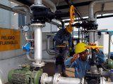 Operarios trabajan en una fábrica de biocombustibles en  San Nicolás, Buenos Aires. Argentina. Foto de archivo 22 ago 2010. REUTERS/Enrique Marcarian