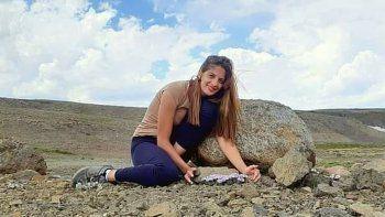 una joven recorre rincon de los sauces para renovar el turismo