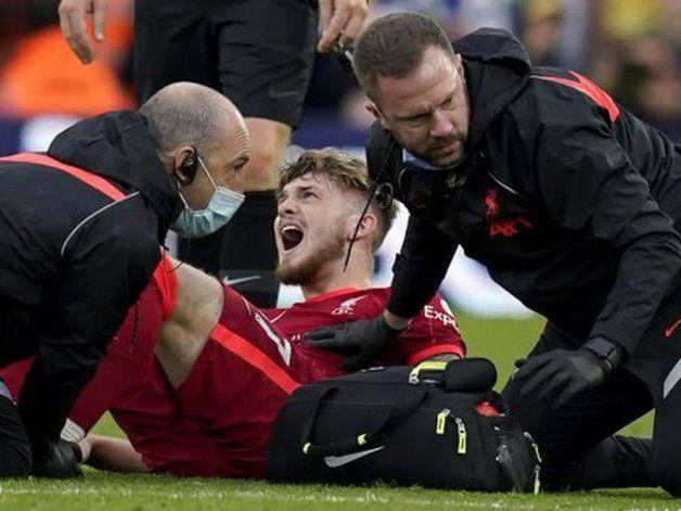 Impresiona: patada criminal y escalofriante lesión en Leeds-Liverpool