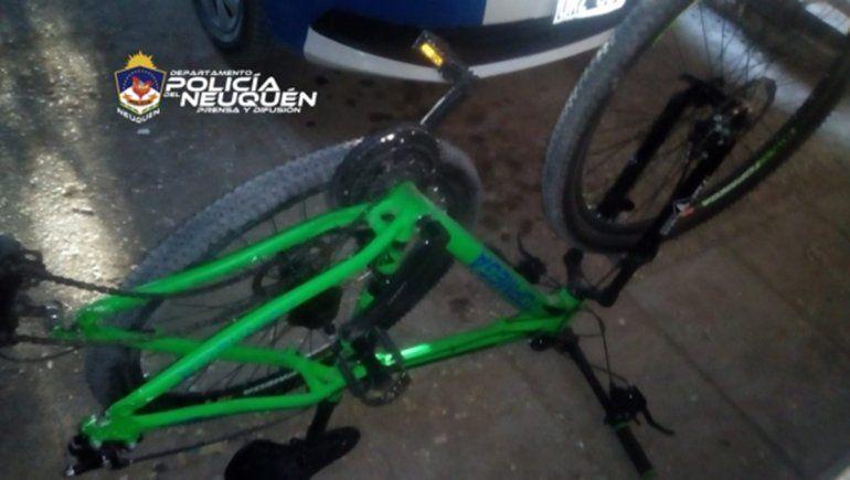 Entre cuatro, le pegaron a un policía para robarle la bicicleta