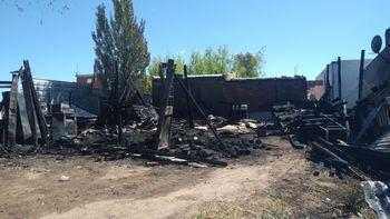 Desesperado pedido: una familia perdió todo en un incendio