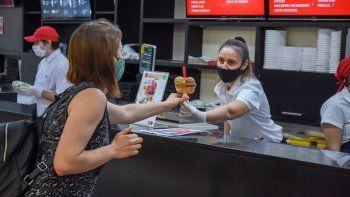 Los heladeros hacen malabares para no perder la clientela