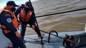 Río de la Plata: dos náufragos, un muerto y 37 kilos de cocaína