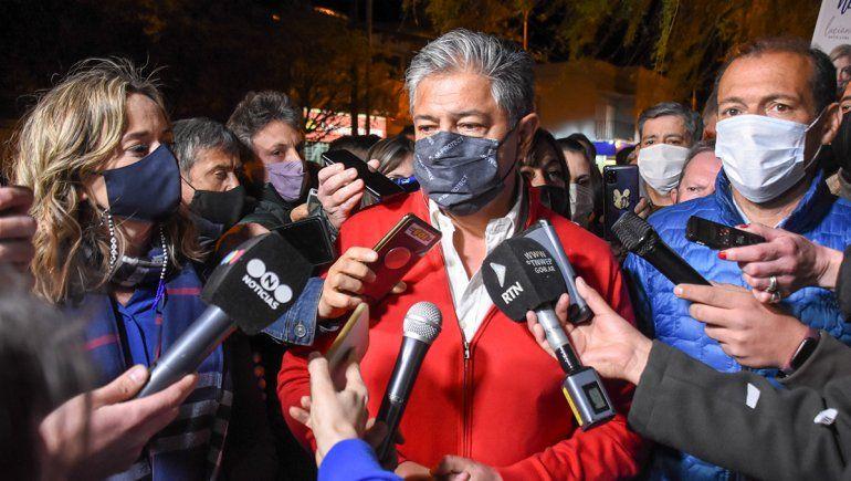 Mage Ferraresso, Rolando Figueroa y Omar Gutiérrez en la puerta de la Junta de Gobierno del MPN.
