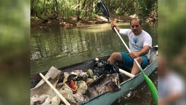 El subsecretario de Medio Ambiente salió a recolectar residuos en canoa por el río
