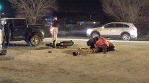 una motociclista choco una camioneta y se salvo de milagro