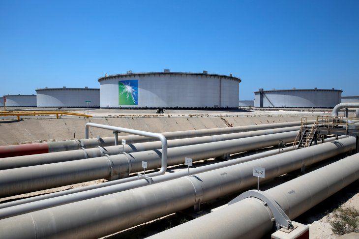 FOTO DE ARCHIVO: Vista general de los tanques de Aramco y el oleoducto en la refinería de petróleo y la terminal de petróleo de Ras Tanura de Saudi Aramco en Arabia Saudita